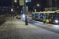 Za Prahou zapadl autobus ve sněhu. Potíže má kvůli počasí celá řada spojů