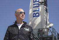 Souboj miliardářů: Bezos poletí do vesmíru dřív než Musk. Do své rakety přibere bratra