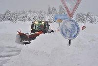 Sněhová kalamita: D1 zastavily kamiony, Boží Dar je po dvou dnech přístupný