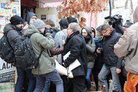 Boj o Kliniku pokračuje! Aktivisté zůstávají v budově, exekutor vyklízení přerušil. Na místo se vrátí zítra