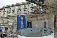 Místo jako z hororu! Žižkovské městské lázně navštěvovali gayové i travestité. Teď budova chátrá