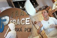 Lidí bez práce je v Česku nejméně za 22 let. Firmy marně shání dělníky a svářeče