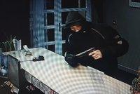 """Loupež v nuselském hotelu! """"Dej sem peníze,"""" hrozil muž s pistolí recepční, hledá ho policie"""