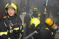 Z bytu na Žižkově šlehaly plameny: Hasiči zachránili člověka, dalších sedm evakuovali