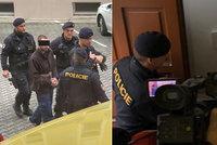 Už je vedou! Muž podezřelý z vraždy čerpadlářky Jany křičel u soudu. Rozhoduje se o vazbě