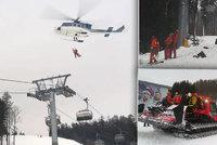 Evakuace lyžařů v Orlických horách! Na nejdelší lanovku tam spadl strom