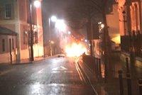 Před soudem v Severním Irsku explodovalo auto. Politici mluví o teroru