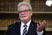 Německý exprezident káral český nevděk a chválil EU. Gauck má metál Karla IV.
