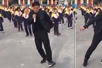 Učitel senzací internetu: Nacvičil tanec se 700 dětmi, trénují o přestávkách