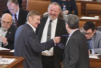 Sněmovna protlačila zdanění církevních náhrad. Komunistická loupež, zuří Kalousek