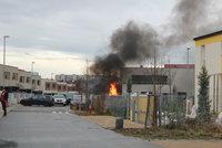 Na Černém Mostě hořela garáž rodinného domu. Požár zachvátil dvě auta