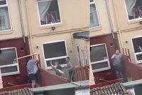 Sousedský spor přerostl v přestřelku: Vzduchem létala prkna i smetáky