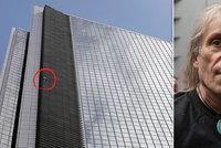 """""""Spiderman"""" pokořil mrakodrap na Filipínách. Dolů už musel po svých"""