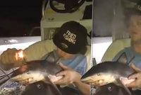 Hnus! Slavný rybář si z mrtvého mláděte žraloka udělal bong. Rozčílil všechny své fanoušky