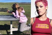 Popová star Pink pobouřila fanoušky: Učí děti střílet!