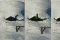 Děti v Krkonoších riskují život. Hrají si pod stříškou zatíženou tunami sněhu