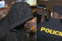 Mladík ukradl piškoty. Ochranka na něj prý vytáhla zbraň