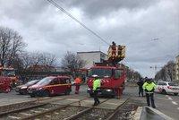 Komplikace v pražské MHD: Vůz na Větrníku zavadil o trolej, tramvaje nejezdily