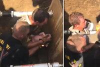 Z kanálu se ozýval dětský pláč! Tříhodinová záchranná akce. Nyní se pátrá po matce