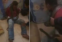 Slzy, křik a pot. Policie mučila zloděje živým hadem, ukázal šokující záznam