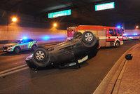 Tři nabouraná auta, dva zranění řidiči, jeden vůz na střeše. Nehoda zkomplikovala provoz v Bubenečském tunelu