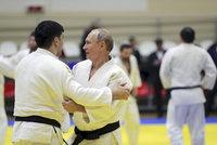 Putin praštil na žíněnku i se šampionem. Při judu si však poranil palec