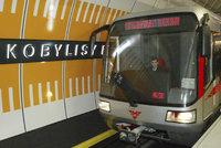 Stanice metra Kobylisy je zavřená! Eskalátor začal hořet, hasiči odvětrávají kouř
