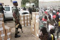 Krvavá předehra voleb: Útočníci zabili desítky lidí, mezi nimi i 22 dětí