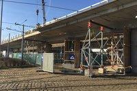 Víkendové testy mostů u Vltavské: Kudy povedou objízdné trasy?
