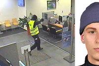 """Přepadení ve Strašnicích: Ozbrojení lupiči """"vybrali"""" banku, takto jeden z nich vypadá"""
