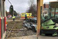 Nehody ve Střešovicích a Modřanech: Autobus napasoval auto do domu, tramvaj bourala s osobákem