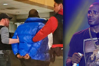 Zpěvák R. Kelly je obviněn ze sexuálního zneužívání dívek. Skončil ve vazbě