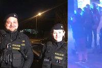 """Policisté zachránili na ulici muži (81) život. """"Pořád mě chytal za ruku,"""" řekl jeden z hrdinů"""
