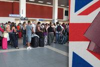 Nekonečné čekání a dlouhé fronty na letišti. Cestování po tvrdém brexitu se změní v noční můru