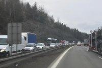 Hromadná nehoda na D1: U Mirošovic se srazila čtyři auta, provoz na dálnici vázne