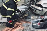 Hromadná nehoda na Plzeňské: Auto skončilo ve sloupu, unikaly z něj hořlaviny