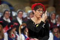 Nástupkyně Merkelové se smála mužům za nerozhodnost při močení. Ostře to schytala