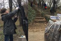 """Na Újezdu probíhal """"úklid zapomínající paměti"""": Dobrovolníci omývali a čistili Pomník obětem komunismu"""