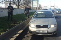 Ujížděli Trojou v kradeném autě: Policie posádku zadržela