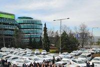 Protest taxikářů u pražského letiště: Parkoviště zaplavily stovky aut