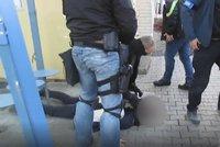 VIDEO: Takhle policisté chytli lupiče! Přepadli banku v Praze, k činu se přiznali