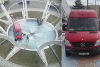 Řidič dodávky v Hradci Králové usnul za volantem. Probudil se ve fontáně