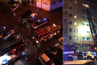 V centru Berouna hořel byt: Hasiči evakuovali dítě přes žebřík!