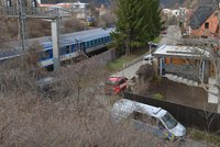 Tragédie na kolejích: Vlak v Sedlci usmrtil člověka, provoz byl zastaven