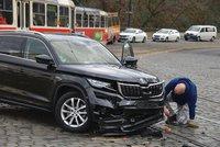Nehoda policejní ochranky u Hradu: V křižovatce se srazila s osobním autem