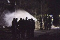 Požár stavební buňky v Ďáblicích: Žena se psem uhořeli, hasiči ochlazovali tlakové lahve
