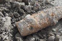 Dělostřelecký granát na Chodově! Hasiči z domů evakuovali 25 lidí, pyrotechnik ho zajistil