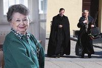 PŘÍMÝ PŘENOS: Pohřeb nejmenší české herečky Aťky Janouškové (†88, 120 cm). Lidé se loučí s hlasem včelky Máji