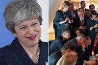 Šťastná EU rodinka? V Bruselu to vřelo. A Mayová do brexitu vnesla další rozruch