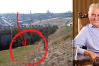 Tenhle pozemek koupil Zeman za 2,5 milionu v Lánech. Do svého fondu rok nepřispěl